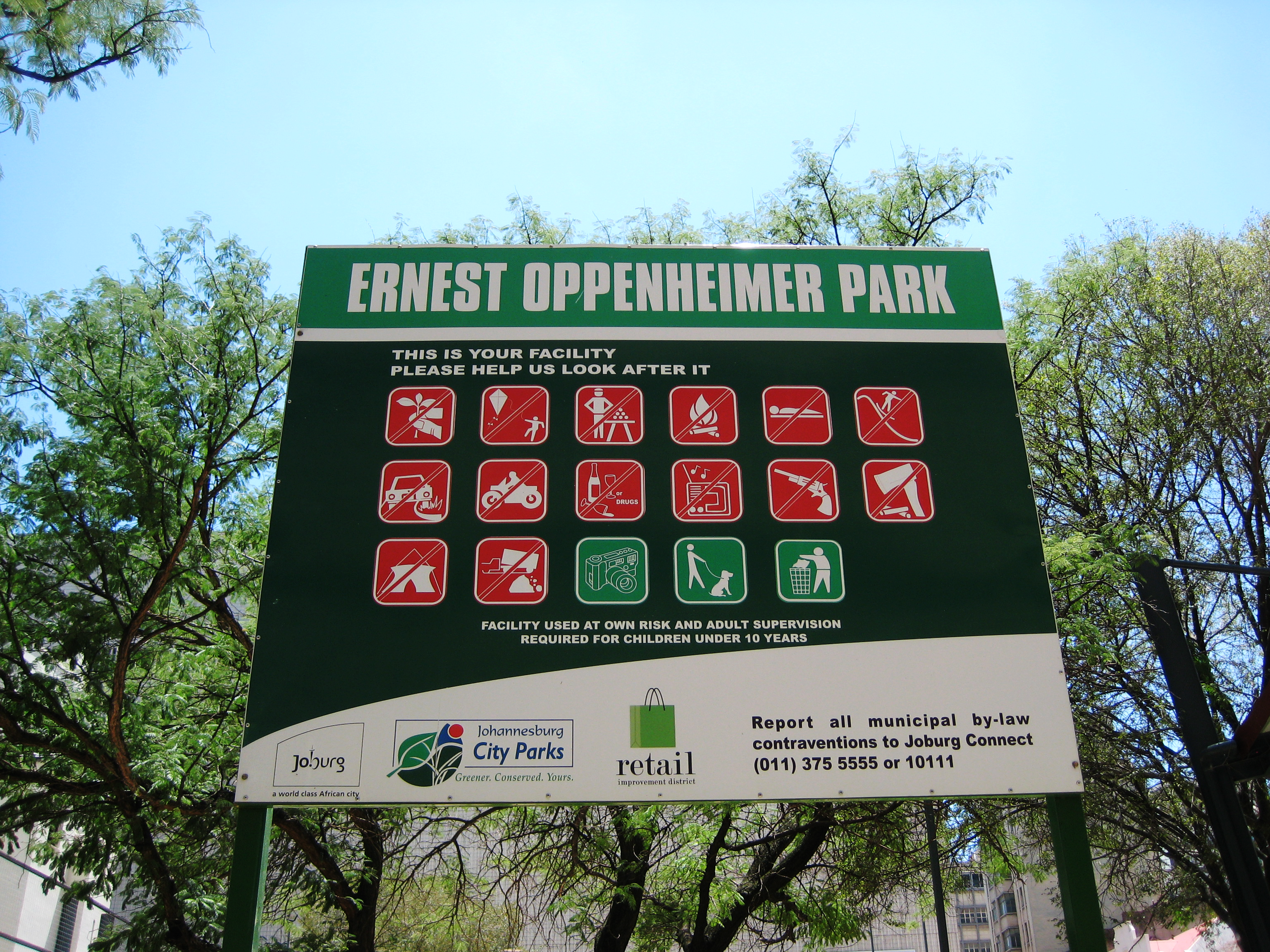 A sign in Ernest Oppenheimer park with pictograms indicating prohibited and encouraged behaviors
