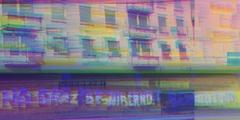 Es ist ein verglitchtes Gebäude mit Fenstern und Balkonen zu sehen. Unten ist ein Schriftzug, den man nicht lesen kann.